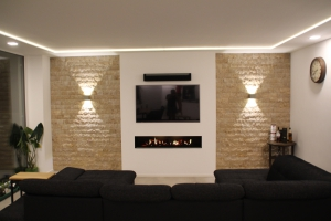 Wohnzimmerwand mit Traverin-Naturstein